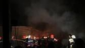 Lực lượng Cảnh sát PCCC Công an tỉnh Quảng Nam và TP Đà Nẵng đến hiện trường dập lửa