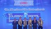 Đại diện Sun Group lên nhận giải thưởng đặc biệt của The Guide Awards 2018