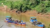 Các thuyền khai thác cát trên sông Đồng Nai thuộc địa phận huyện Cát Tiên, tỉnh Lâm Đồng. Ảnh: ĐOÀN KIÊN