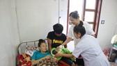 Các bác sĩ chăm sóc bệnh nhân sau khi sinh