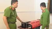 Lực lượng chức năng kiểm tra thiết bị PCCC. Ảnh: ĐOÀN KIÊN