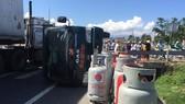 Xe chở bình gas lật nhào trên quốc lộ