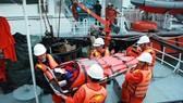 Cứu một thuyền viên Trung Quốc gặp nạn trên biển