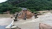 Nhiều tuyến đường huyết mạch ở tỉnh Khánh Hòa tan hoang sau mưa bão