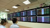 Investors watch stock moves at Vietcombank Securities Company. (Photo VNA/VNS)