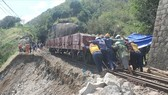 Workers transport soil and stone to repair the rail track in Ca Mountain Pass which has been damaged because of flooding and landslide in the aftermath of Typhoon Damrey (Photo: laodong)