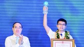 HCMC Party Chief Nguyen Thien Nhan congratulates young citizen Nguyen Thanh An at a ceremony honoring ten outstanding young citizens of 2017 on January 1 (Photo: SGGP)