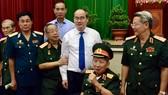 Bí thư Thành ủy Nguyễn Thiện Nhân gặp gỡ các tướng lĩnh quân đội đang nghỉ hưu tại TPHCM