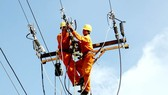 Công nhân ngành điện kiểm tra, bảo trì hệ thống điện nhằm bảo đảm việc cấp điện cho mùa khô