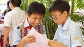 Các thí sinh trao đổi về bài thi sau buổi khảo sát