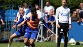 HLV Domenico Tedesco (phải) trong những buổi tập đầu tiên cùng đội bóng mới Schalke