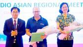 PGS-TS Nguyễn Hội Nghĩa, Phó Giám đốc ĐHQG TPHCM tặng quà lưu niệm sau buổi trao đổi kinh nghiệm với GS Johan Malqvist - lãnh đạo Hiệp hội CDIO thế giới