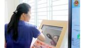 Người dân tra cứu thông tin dịch vụ công tại UBND quận Bình Tân, TPHCM