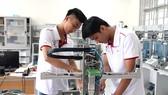 Học viên Trường Trung cấp nghề Kỹ thuật công nghệ   Hùng Vương trong giờ thực hành