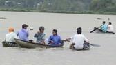 Người dân quanh vùng tham gia tìm kiếm nạn nhân