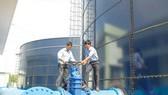 Nhân viên Sawaco kiểm tra hệ thống cấp nước. Ảnh: T.L