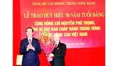 Chủ tịch nước Trần Đại Quang tặng hoa chúc mừng Tổng Bí thư Nguyễn Phú Trọng