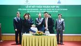 Giáo sư Dương Nguyên Vũ, Viện trưởng Viện John Von Neumann  và Phó Chủ tịch HĐQT, phó TGĐ phụ trách HNX Nguyễn Thị Hoàng Lan tại lễ ký kết MOU
