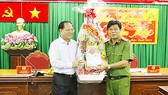 Phó Bí thư Thường trực Thành ủy Tất Thành Cang tặng quà và gửi lời chúc mừng năm mới đến Cảnh sát PCCC TP