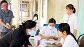 Phát thuốc và tư vấn cho bệnh nhân lao tại trạm y tế phường