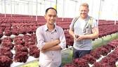 Anh Nguyễn Đức Huy trong chuyến đi tìm hiểu cách làm nông nghiệp tại Malaysia