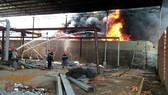 Hiện trường chữa cháy nhà xưởng, cứu 11 người vào trưa 7-3  của các đơn vị thuộc Cảnh sát PCCC TPHCM