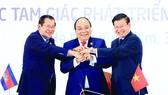 3 Thủ tướng Campuchia, Việt Nam, Lào thể hiện tinh thần đoàn kết và hợp tác 3 nước sau khi ký kết Tuyên bố chung Hội nghị cấp cao hợp tác Khu vực tam giác phát triển Campuchia - Lào - Việt Nam (CLV) lần thứ 10