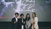 Đạo diễn Cao Thúy Nhi (thứ 2 từ trái qua)  cùng các diễn viên ra mắt khán giả Nhật