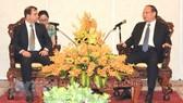 Phó Bí thư Thường trực Thành ủy TPHCM Tất Thành Can tiếp ông Fernando Gonzalez Llort, Chủ tịch ICAP. Ảnh: Xuân Khu/TTXVN
