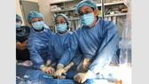 Các bác sĩ khoa Điều trị rối loạn nhịp BV Chợ Rẫy trong kíp phẫu thuật đặt máy tạo nhịp tim cho bệnh nhân