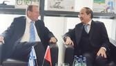 Bí thư Thành ủy TPHCM Nguyễn Thiện Nhân trò chuyện với Thị trưởng TP Tel Aviv, ông Ron Huldai.