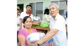 Ông Nguyễn Công Gìn trao quà từ thiện tặng người nghèo địa phương