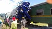 Hiện trường vụ tàu hỏa tông xe bồn tại Diễn Châu (Nghệ An) chiều 27-5. Ảnh: M.H