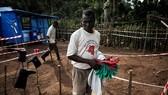 Nhân viên y tế khử trùng đồ đạc tại khu vực cách ly tại Muma, Cộng hòa Dân chủ Congo, sau khi phát hiện trường hợp nhiễm virus Ebola. Ảnh: TTXVN