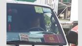 Thẻ hội viên Cựu Cảnh vệ phía Nam của Bộ Tư lệnh Cảnh vệ cũng được chụp, phóng to dán ở kính xe để lấy uy, giành quyền ưu tiên