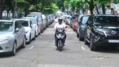 Không có bãi đậu xe ngầm nên ô tô phải đậu phía trước Công viên Lê Văn Tám.  Ảnh: THÀNH TRÍ