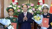 Chủ tịch nước Trần Đại Quang trao Quyết định thăng quân hàm cho đồng chí Phạm Hồng Hương và đồng chí Phạm Hoài Nam. Ảnh: Nhan Sáng/TTXVN