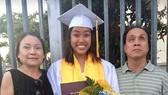 Waverly Ninh trong ngày tốt nghiệp  trung học bên cha mẹ