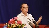Bí thư Thành uỷ TPHCM Nguyễn Thiện Nhân phát biểu trong buổi tiếp xúc cử tri quận 2.