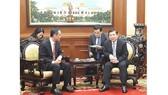 Chủ tịch UBND TPHCM Nguyễn Thành Phong tiếp ông Ngô Tuấn, tân Tổng Lãnh sự Trung Quốc tại TPHCM. Ảnh: VOH