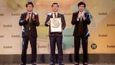 Ông Đỗ Thanh Tuấn – Giám đốc Đối Ngoại Vinamilk trên sân khấu nhận chứng nhận của Lễ vinh danh Top 50 công ty niêm yết tốt nhất Việt Nam.