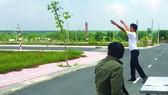 Cò đất giới thiệu  một dự án nền nhà  tại huyện Long Thành,  Đồng Nai. Ảnh: TIẾN MINH