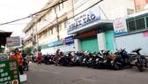 Dãy xe máy vây kín cổng phụ của Trường TH Nhật Tảo (quận 10)
