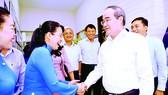Bí thư Thành ủy TPHCM Nguyễn Thiện Nhân trao đổi với cán bộ Sở Du lịch TPHCM. Ảnh: Cao Thăng