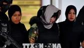 Cảnh sát áp giải Đoàn Thị Hương (giữa) tại Tòa thượng thẩm Shah Alam, ngoại ô Kuala Lumpur, Malaysia ngày 16-8. Ảnh: AFP/TTXVN