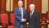 Tổng Bí thư Nguyễn Phú Trọng tiếp Đại sứ Liên hiệp Vương quốc Anh và Bắc Ireland. Ảnh: Lâm Khánh/TTXVN