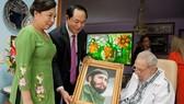 Chủ tịch nước Trần Đại Quang cùng phu nhân tặng lãnh tụ Fidel bức chân dung bằng đá quý
