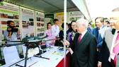 Tổng Bí thư Nguyễn Phú Trọng xem một số  thành tựu  nghiên cứu khoa học của Khoa cơ- điện, Học viện  Nông nghiệp  Việt Nam. Ảnh:TTXVN