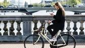 Hà Lan cấm người đi xe đạp sử dụng điện thoại di động