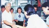 Đồng chí Đỗ Mười đến thăm siêu thị Co.op Mart Cống Quỳnh năm 2000         Ảnh: T.L